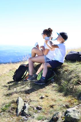 Dzieci w grach. Odpoczynek na szlaku grskiej wyprawy.