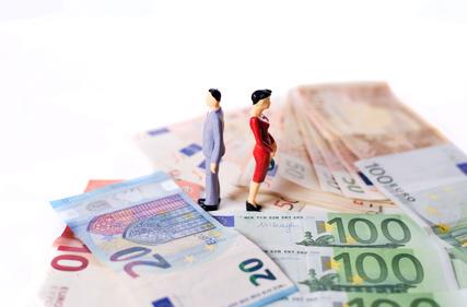 Kosten fr Scheidung, Alimente, Paar auf Euroscheinen